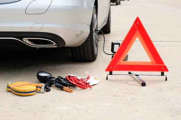 Grundausstattung an notfallwerkzeugen und mini-luftkompressor für platte reifen.