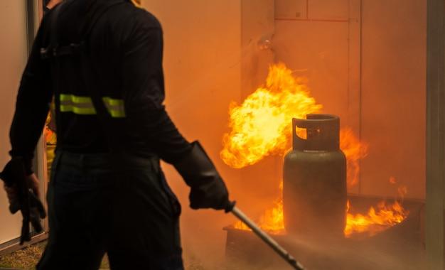 Grundlegende brandbekämpfungs- und evakuierungsübungen zur sicherheit im kondominium