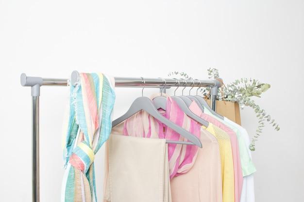Grundlegende weibliche kleidung. frühling sommer outfit. laden, verkauf, modekonzept.