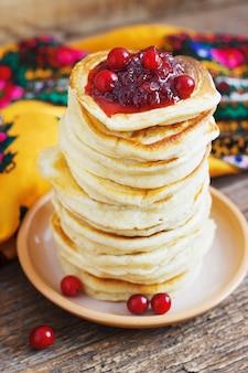 Grundnahrungsmittel hefepfannkuchen aus cranberry, traditionell für die russische pfannkuchenwoche