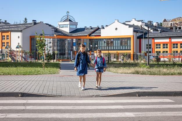 Grundschüler gehen nach der schule, dem ersten schultag, nach hause, zurück in die schule.
