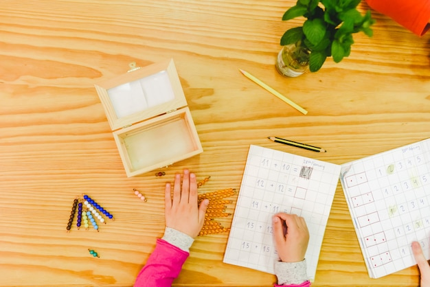 Grundschüler in einer schule mit alternativen unterrichtsmaterialien aus holz.