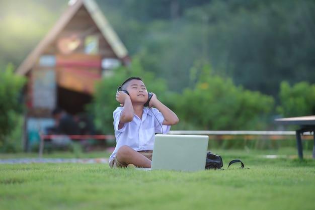 Grundschulkind mit dem laptop