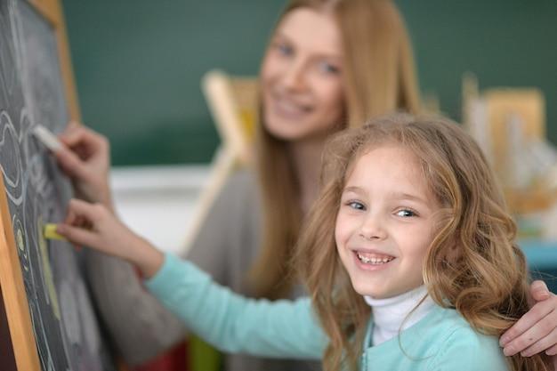 Grundschulkunstunterricht mit schöner lehrerin