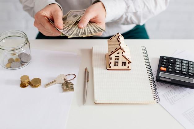 Grundstücksmakler, der geld im büro zählt