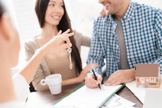 Grundstücksmakler gibt ihnen die schlüssel zum haus.