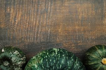 Grüne Kürbisse auf dem Tisch