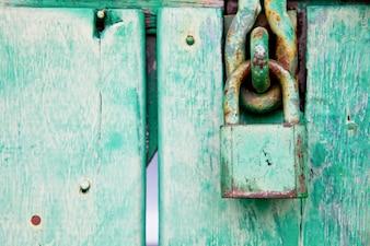 Grünes verschlossenes altes mit Holztür für Hintergrund