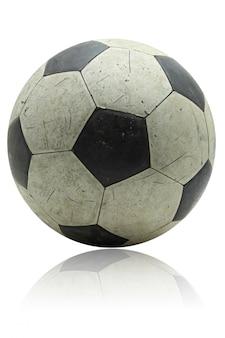 Grunge fußballfußball mit seiner reflexion auf weiß
