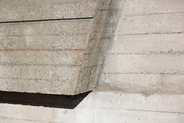 Grunge geometrische betonmauer mit sonnenlicht und schatten. nahaufnahme