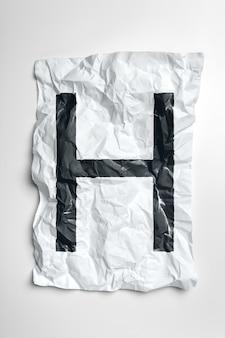 Grunge knitterte papierzeichen auf weißem hintergrund