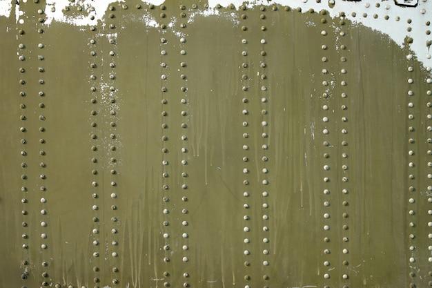 Grungy metalloberflächenhintergrund mit nietknöpfen