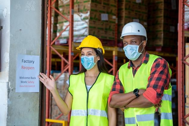Grup lagerarbeiter sind zufrieden mit der wiedereröffnung der fabrik, willkommen zurück wegen covid 19 pandemie und die aktuelle situation ist besser.