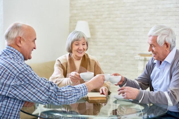 Gruppe älterer freunde, die tee trinken