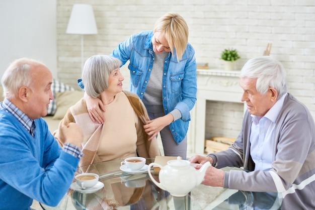 Gruppe älterer freunde im altersheim