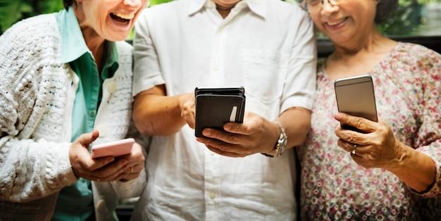 Gruppe älterer ruhestand unter verwendung des digital-lebensstil-konzeptes