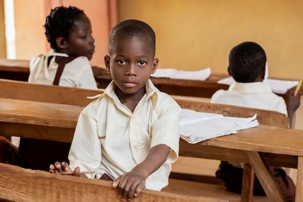 Gruppe afrikanischer kinder, die auf klasse achten