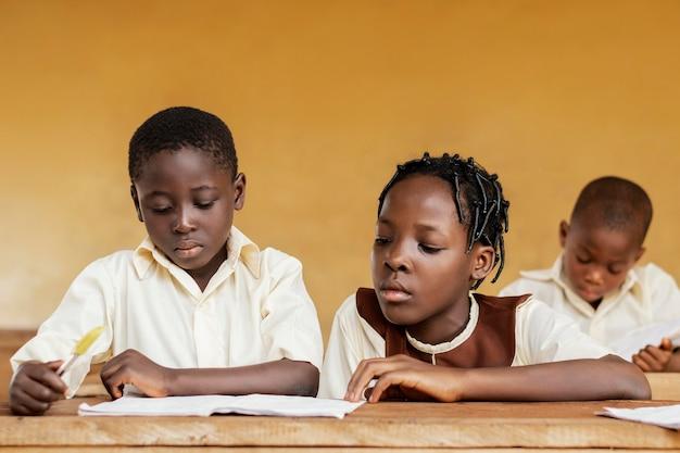 Gruppe afrikanischer kinder, die zusammen lernen