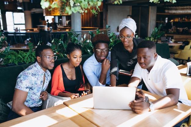 Gruppe afroamerikaner, die zusammenarbeiten
