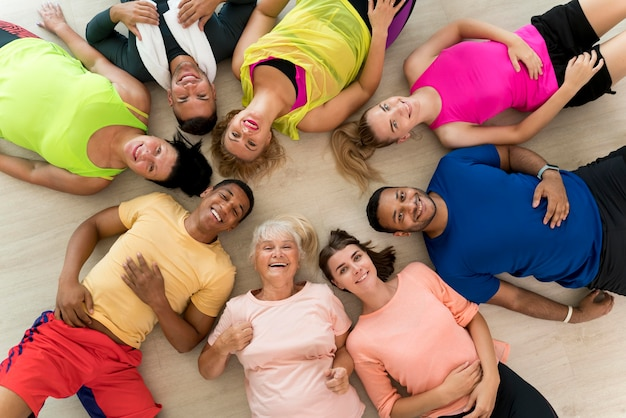 Gruppe aktiver menschen im zumba-kurs
