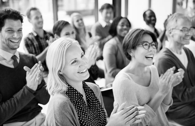 Gruppe applaudierende multiethnische nette leute