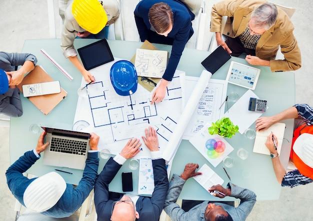 Gruppe architekten, die auf einem neuen projekt planen