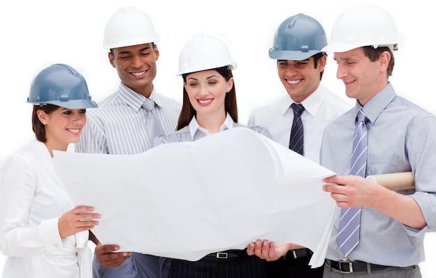 Gruppe architekten, die hardhats tragen