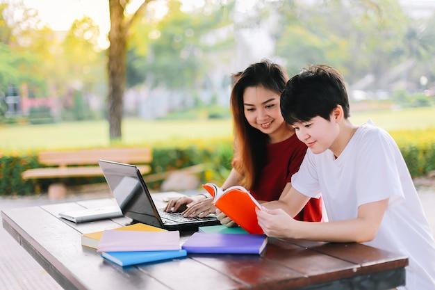 Gruppe asiatische junge studenten suchen nach daten im internet, um hausarbeit zu tun