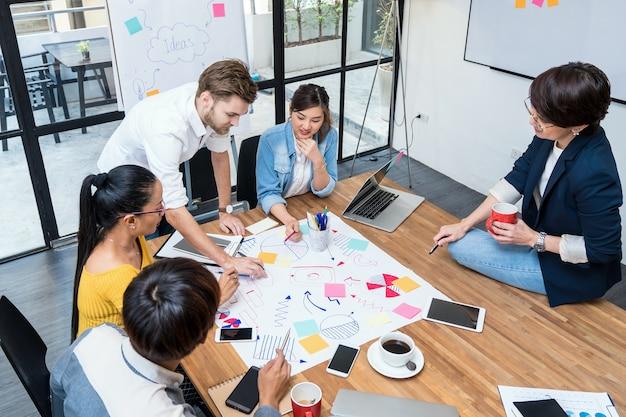 Gruppe asiatische und multiethnische arbeitende leute und brainstorming