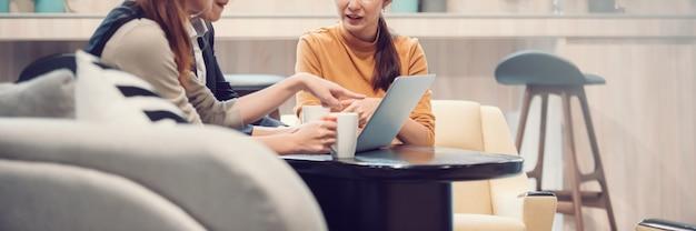 Gruppe asiatischer geschäftsleute erfolgreiche teamarbeit im freizeitanzug, die mit laptop zusammenarbeitet