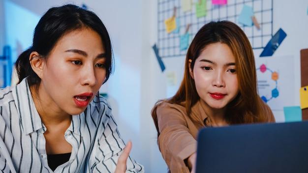Gruppe asiatischer geschäftsleute mit computer-laptop-präsentation und kommunikationstreffen, brainstorming-ideen