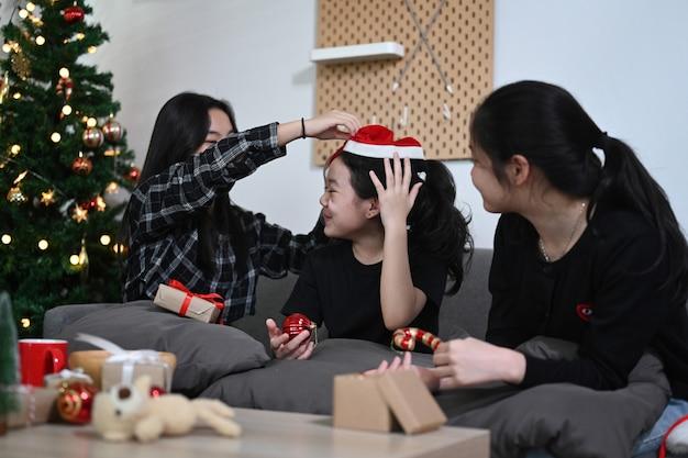 Gruppe asiatischer kinder, die zu hause weihnachten feiern.