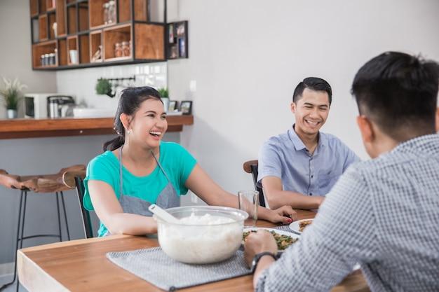 Gruppe asiatischer leute, die zu mittag essen