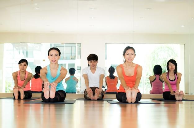 Gruppe asiatisches übendes yoga der frauen und des mannes