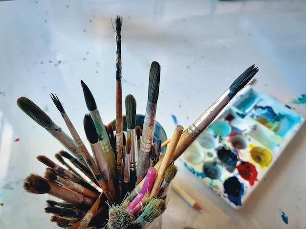 Gruppe benutzte pinsel in der kunst-klasse
