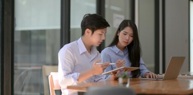 Gruppe berufsgeschäftsleute, die zusammen ihr gegenwärtiges projekt besprechen