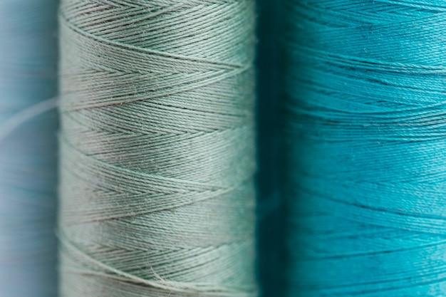 Gruppe blaue fadenspulen