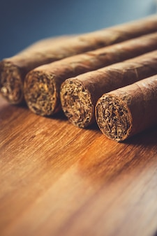 Gruppe braune kubanische zigarren auf alter holzoberfläche
