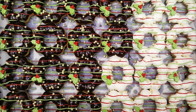 Gruppe bunte donuts mit zuckerguss oben