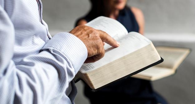 Gruppe christentumleute, die zusammen bibel lesen