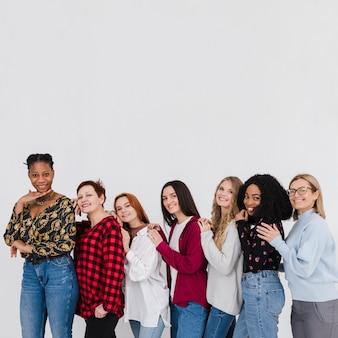 Gruppe der besten freunde, die mit speicherplatz posieren
