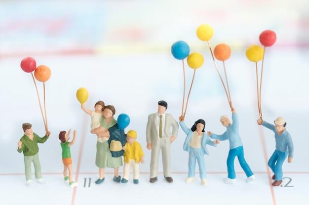 Gruppe der familie mit ballon unter verwendung als internationalen familientag des hintergrundes