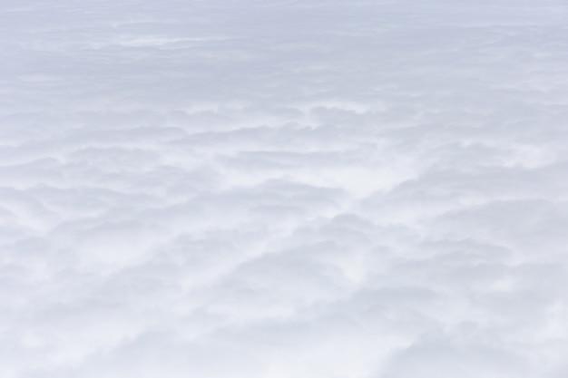 Gruppe der flugzeugflügelansicht der weißen wolken aus dem fenster, der reise und des feiertagsferienkonzeptes heraus