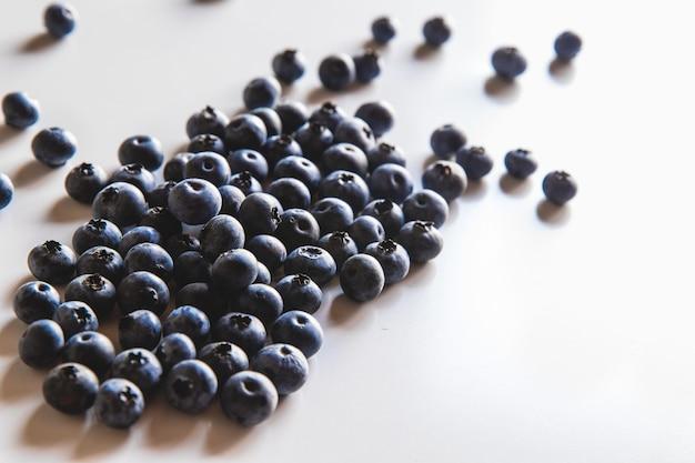 Gruppe der frischen blaubeeren lokalisiert auf weißem hintergrund. gesundes essen, gesundheit