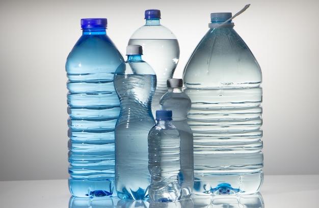 Gruppe der großen plastikflasche mit sauberem trinkwasser