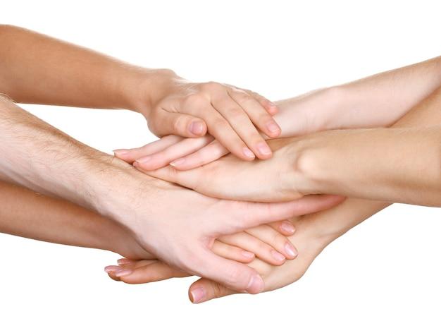 Gruppe der hände der jungen leute lokalisiert auf weiß