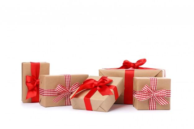 Gruppe der schönen geschenkboxen lokalisiert auf weißem hintergrund