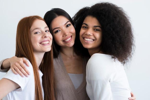Gruppe der schönen jungen frauen, die zusammen aufwerfen