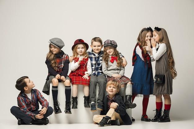 Gruppe der schönen kinderaufstellung