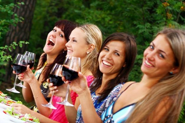 Gruppe der schönen mädchen, die wein trinken